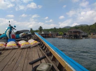 Z ostrova na lokální loďce..