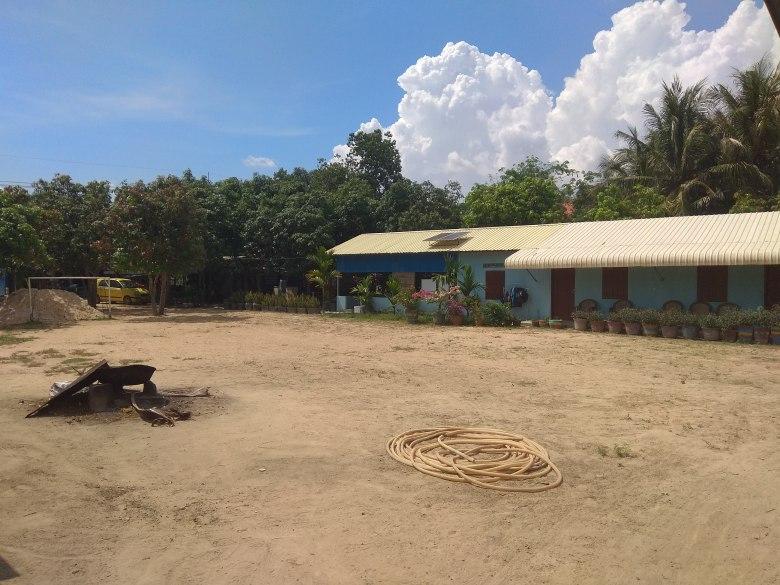 V levé části otevřená učebna, v pravé pak dva pokoje pro dobrovolníky.