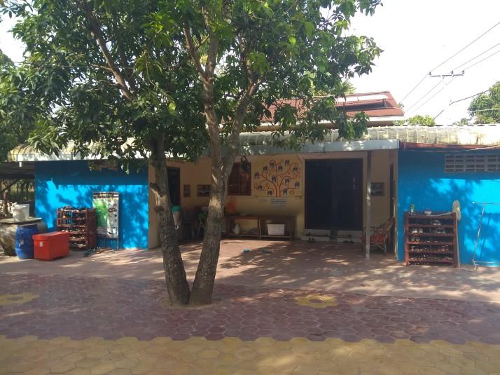 Přední část areálu. Tady domeček, kde mají pokoje děcka a paní Hong.