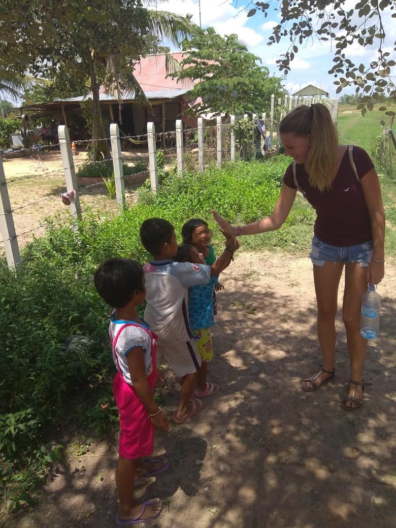 Tohle nejsou přímo děcka ze sirotčince. Tyhle prťata jsme potkali na procházce a stejně jako ostatní kambodžské děti byly užasně přátelské, veselé a roztomilé.